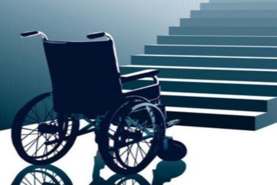 Cadira de rodes davant una escala