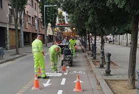 Agents pintant el carril bici de Salt
